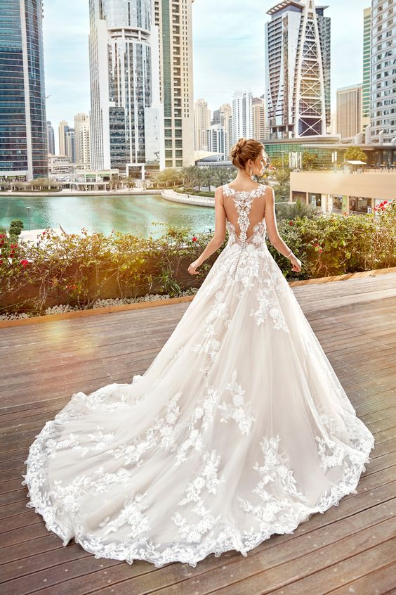 25 breathtaking wedding dresses with a train weddingomania for No back wedding dress
