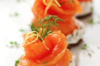 17 crackers with cream cheese, dill, parsley and smoked salmon for a fresh and tasty snack