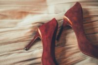 02 The bride was wearign gorgeous burgundy heels, which is a chic idea to embrace the season