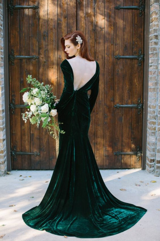 an emerald velvet open back wedding dress with a train brings a strong wow effect
