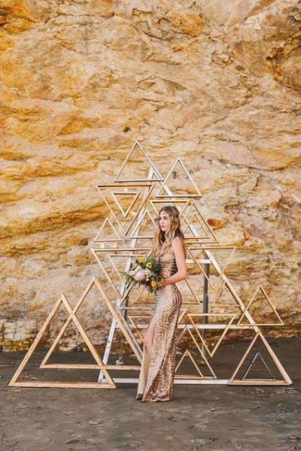 a modern geometric backdrop made of wooden triangles is a great idea