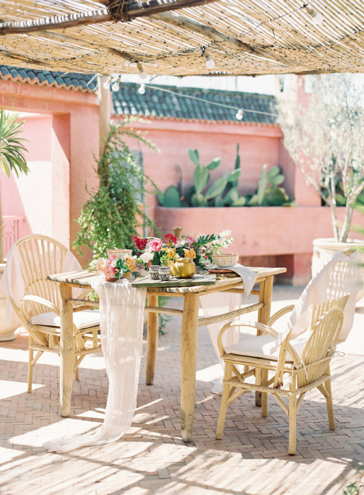 The reception was created in the riad, with simple wooden furniture and an airy table runner