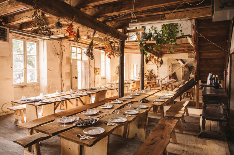 The reception space was rustic, with dried flowers hanging from above and simpel wooden tables and benches