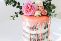 04 a naked wedding cake with pink drip, vanilla macarons, fresh blooms and foliage