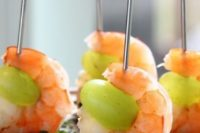 15 drunken grapes with wine poached shrimps on skewers is a great idea for sea food fans