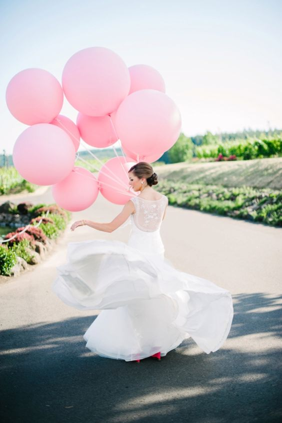 pink balloons instead of a usual wedding bouquet look super cool and fun