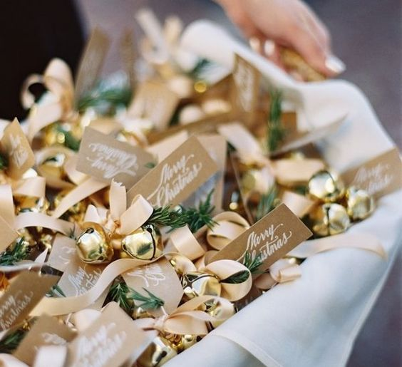 give Christmas bells to your guests as favors and for your wedidng exit