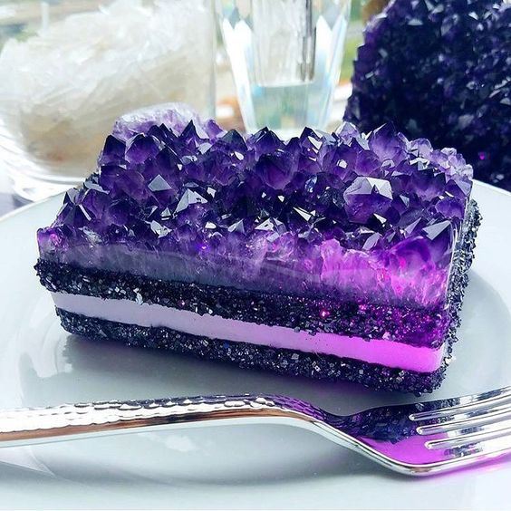 amethyst wedding cake is a gorgeous and jaw-dropping idea, looks like a real one