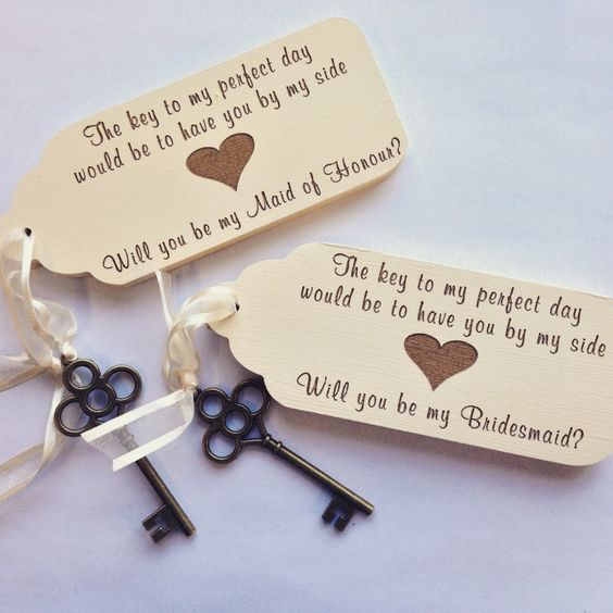 vintage keys with gift tags will hint on the vintage style of your wedding