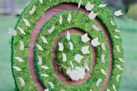 05 a moss circle seating chart with arrow escort cards and some blooms is a creative garden idea