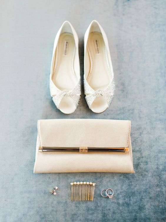 a casual off white clutch with golde detailing is a chic idea that can be used afterwards, too