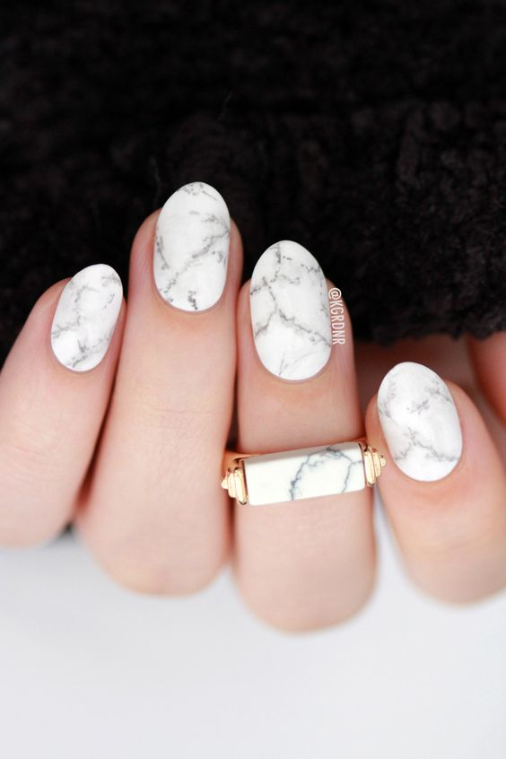 grey marble manicure is a chic modern idea for those who want an edgy touch for the nails