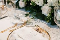 25 a modern and elegant table setting with lush white and blush blooms and gold touches