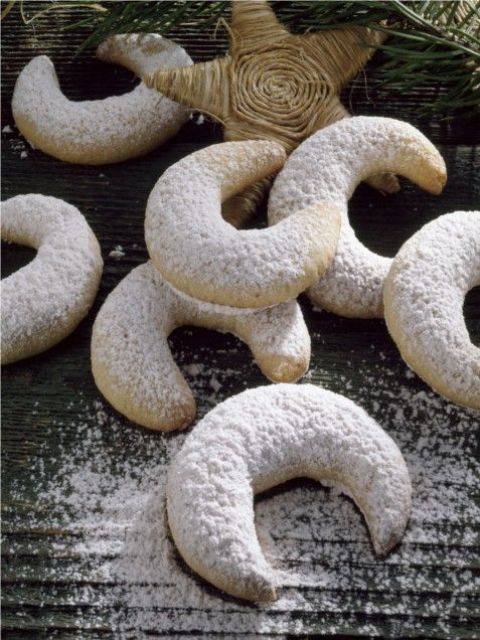 crescent moon wedding cookies can be served together with your wedding cake