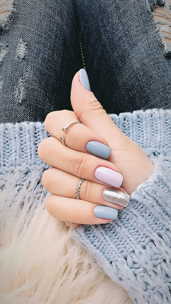grey manicure with a silver and a pink accent nail is a soft and tender option for a spring wedding