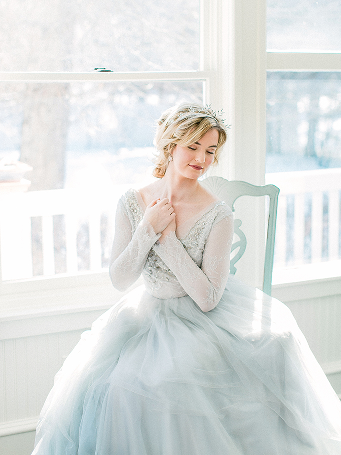 Her wedding dress was a frosty blue one, with a layered skirt, a lace and embellished bodice, a V-neckline and long sleeves