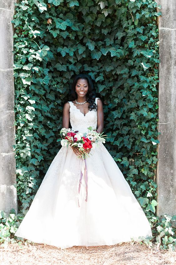 a romantic living wall for an outdoor wedding ceremony is a very chic and timeless idea