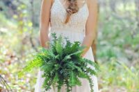 21 a simple fern wedding bouquet and a fern bridal halo to highlight the relaxed woodland look