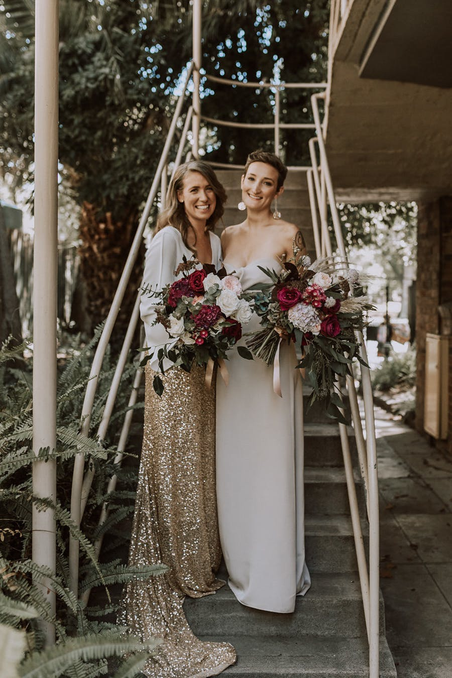 These beautiful brides organized a very simple and stylish wedding filled with love and spruce dup with glitter