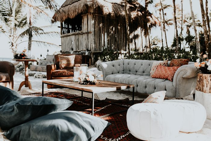 The wedidng lounge was an outdoor one, with elegant furniture and colorful rugs