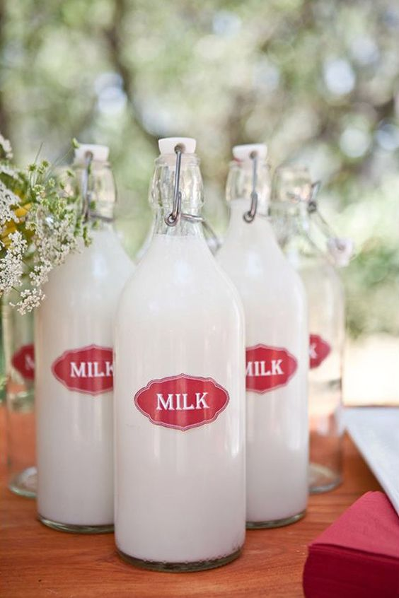 Korken glass bottles with milk are a nice gift idea for a brunch or farmhouse wedding