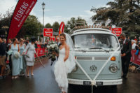 04 The bride in sneakers anda 60s van – what can be better for a fun wedding