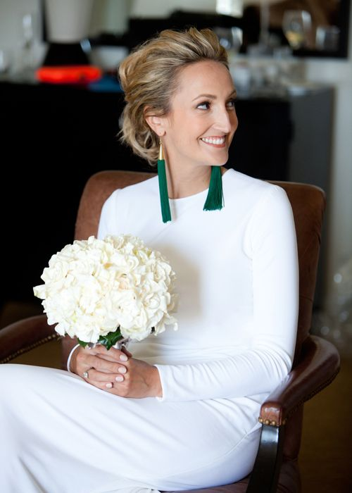 bold emerald tassel and gold earrings to spruce up the modern and laconic bridal look