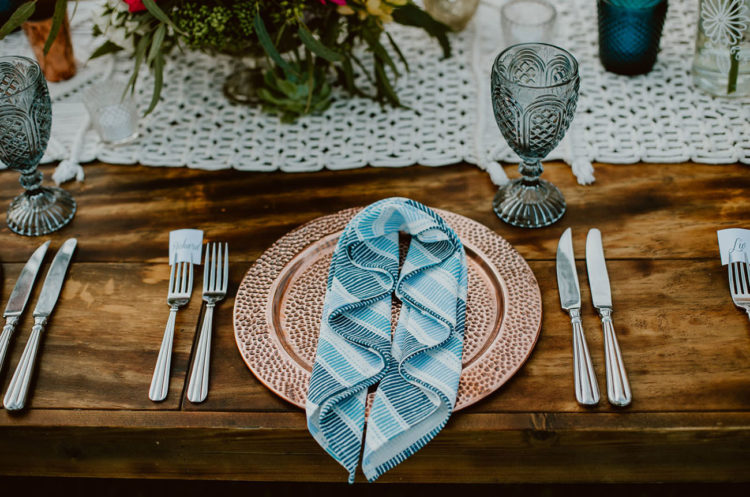 The tables were styled with blue touches, macrame and hammered copper