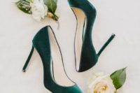 11 emerald green velvet heels are a chic and bold idea for a fall bride