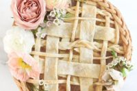 19 a covered apple pie topped with blooms is great instead of a cake for a fall bridal shower