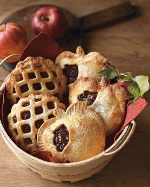 mini apple pie wedding favors shaped as apples are a cute and tasty idea you can easily DIY