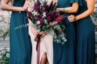21 mismatched teal dresses of the same fabric look very chic and are suitable for a dark-colored wedding