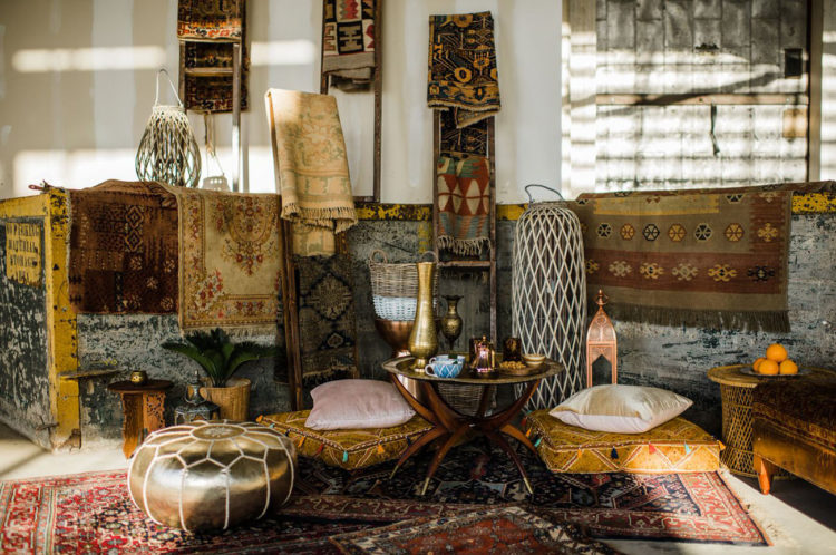 The lounge looked really like a Moroccan one, with patterned rugs, lanterns, vases and ottomans