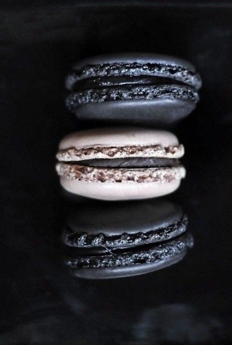 black and white macarons are always a good idea for any wedding and a classic color combo
