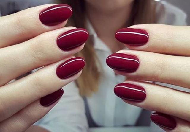 shiny deep red nails are classics for the fall, both for a wedding and for everyday life