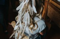 06 a wild feather bridal veil is a unique and creative idea to go for