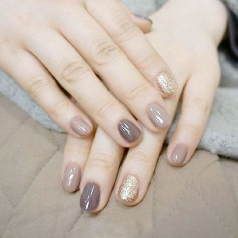 taupe and grey nails with a couple of gold glitter ones is a delicate yet shiny idea for a fall wedding
