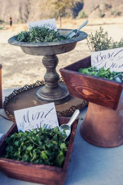 a herb table for toss is a trendy idea for a wedding, let your guests choose themselves what greenery and scents they will bring and it's 100% eco-friendly