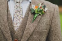 02 a light beige three-piece tweed suit, a matching floral necktie for a vintage feel