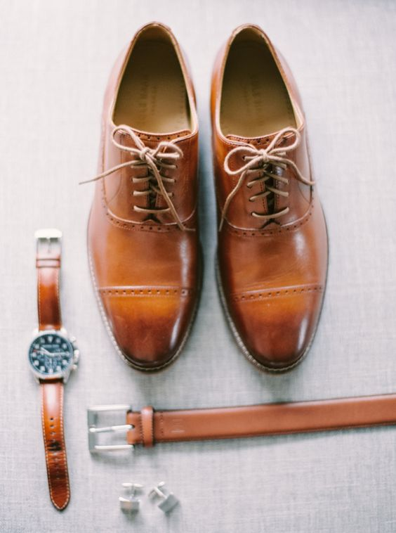 amber brown shoes, a belt and a watch is a cool idea to add a touch of color to the look