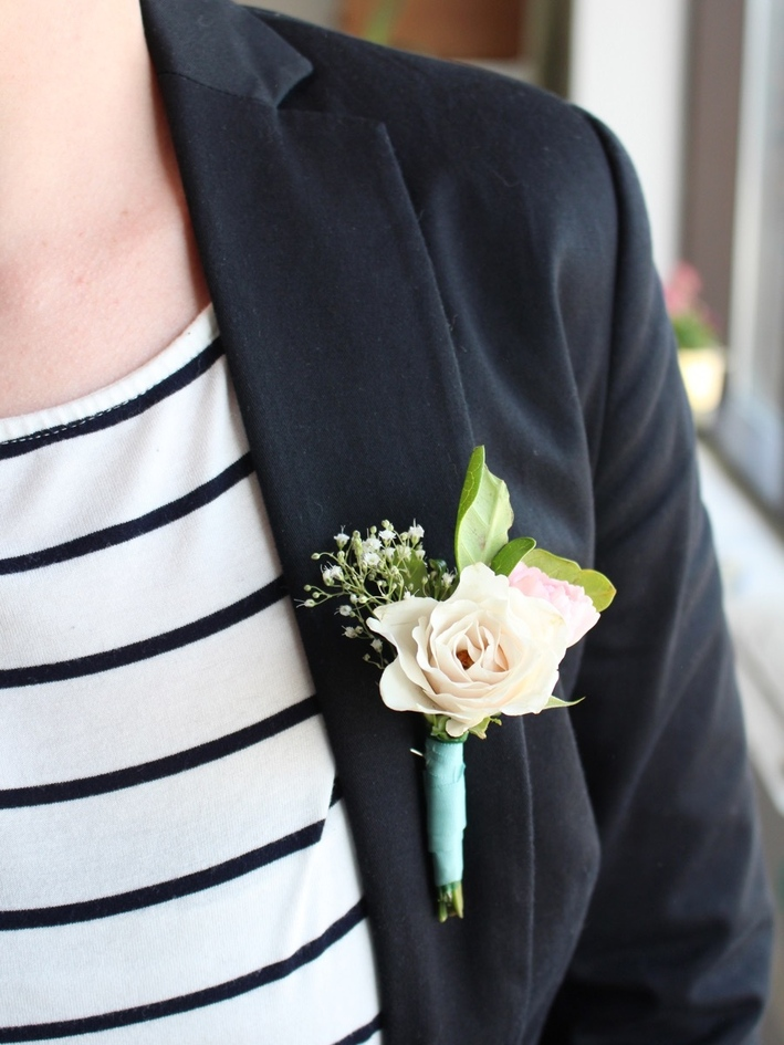 DIY simple floral wedding boutonniere (via www.curbly.com)