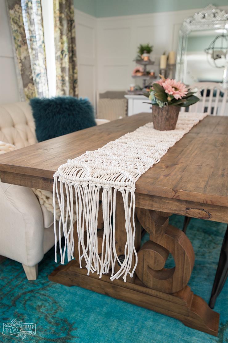 DIY macrame table runner for boho weddings (via thediymommy.com)