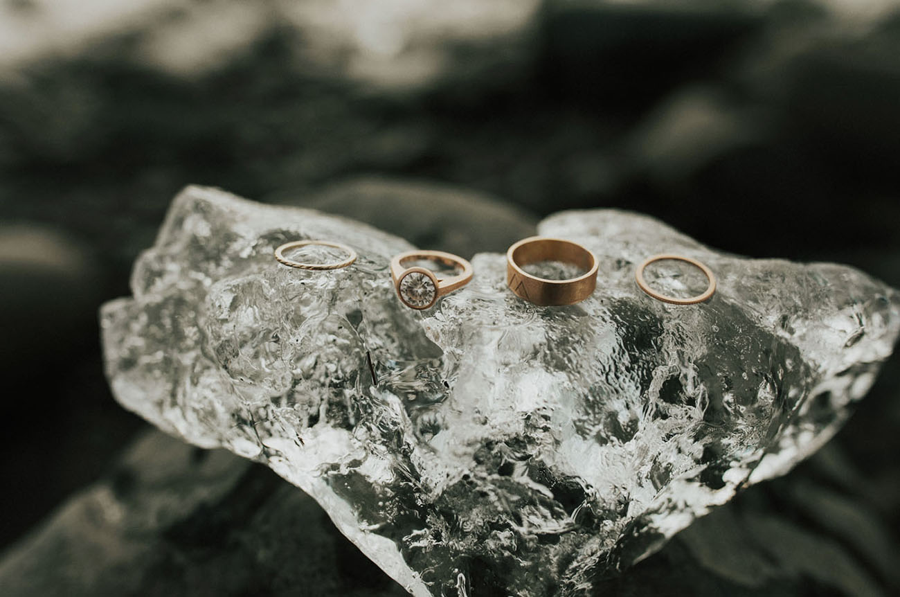 How cute are these rings displayed on an ice lump