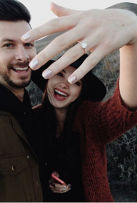 show off your couple and your ring at the same time, what can tell better than that