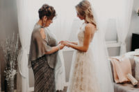 03 The bride was wearing lace A-line wedding dresses with spaghetti straps and an open back