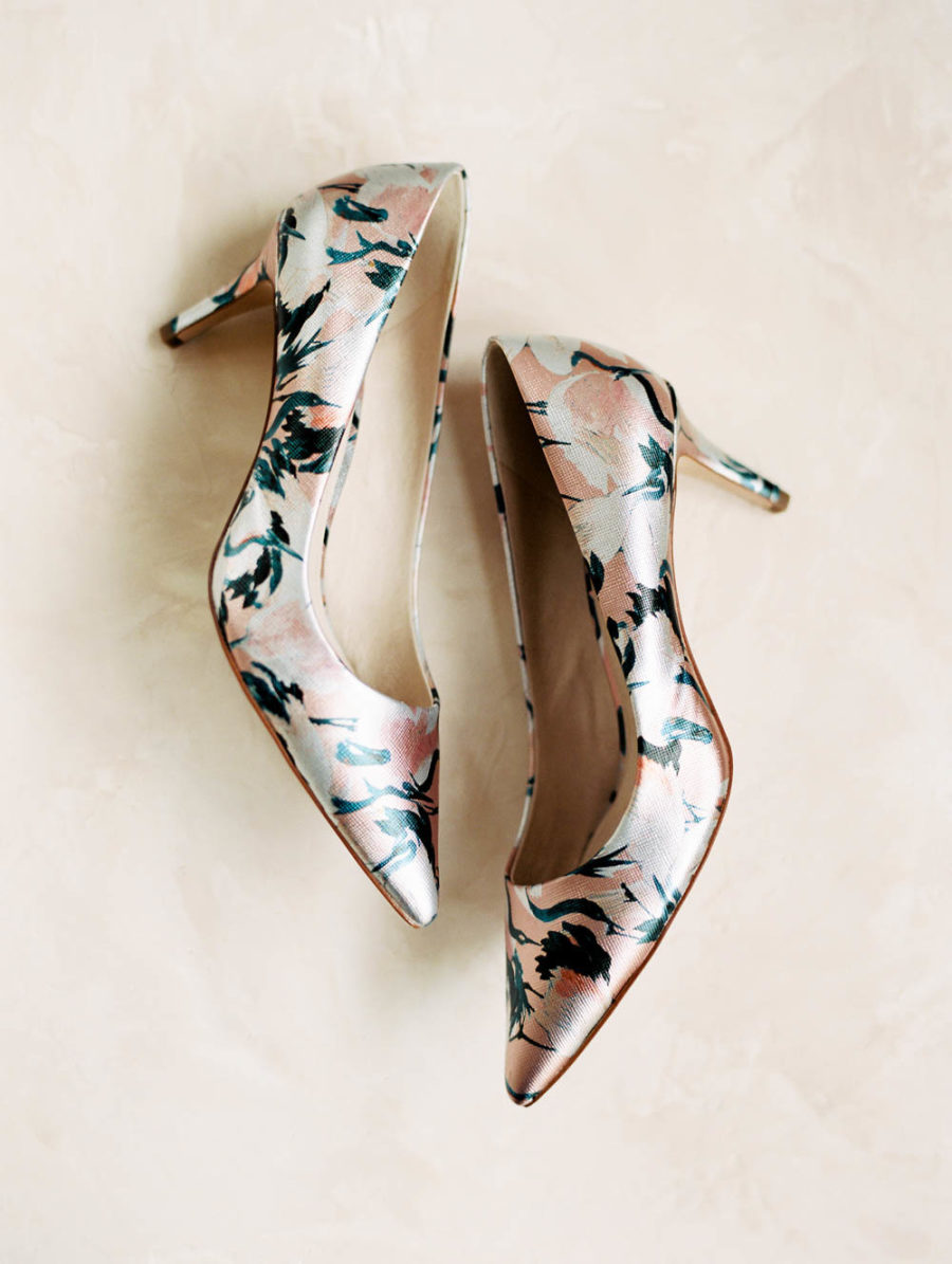 The bride chose a pair of catchy shoes with some abstract prints