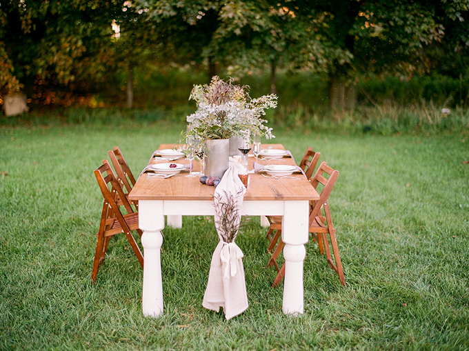 The wedding table was laid outdoors, on a lawn, and was inspried by simple and stylish classics by Pottery Barn