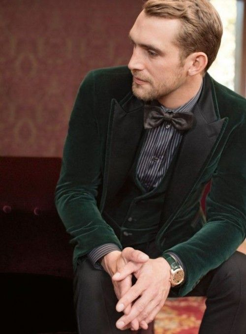 an emerald velvet groom's suit with a striped shirt and a bow tie for a stylish winter groom look and a comfortable feel
