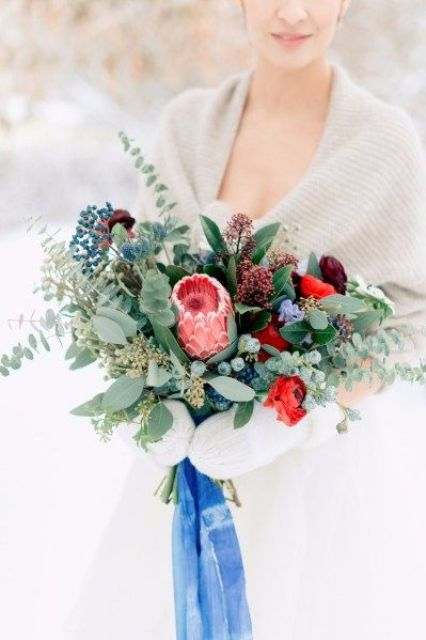 an off-white coverup, white mittens and a bright wedding bouquet for a contrast and a bold look