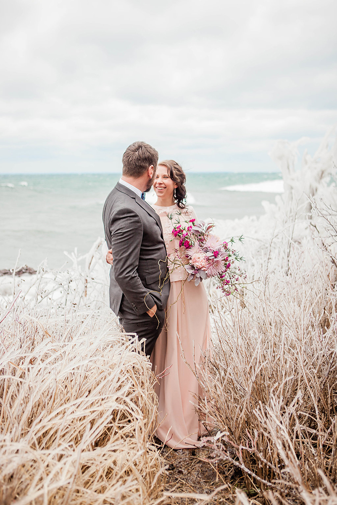 What a gorgeous snowy wedding shoot, get inspired and enjoy the unusual color palette